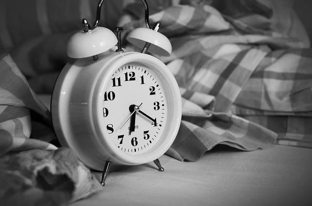 budík v posteli