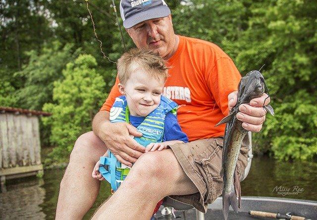otec se synem na rybách