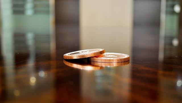 dvě mince na stole