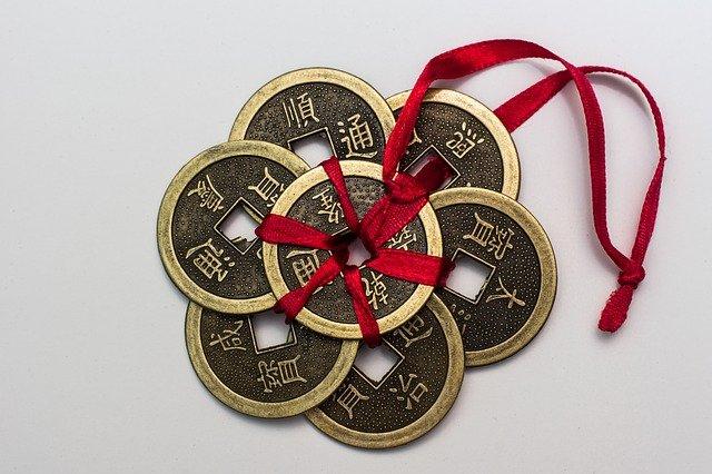 čínské mince s mašlí
