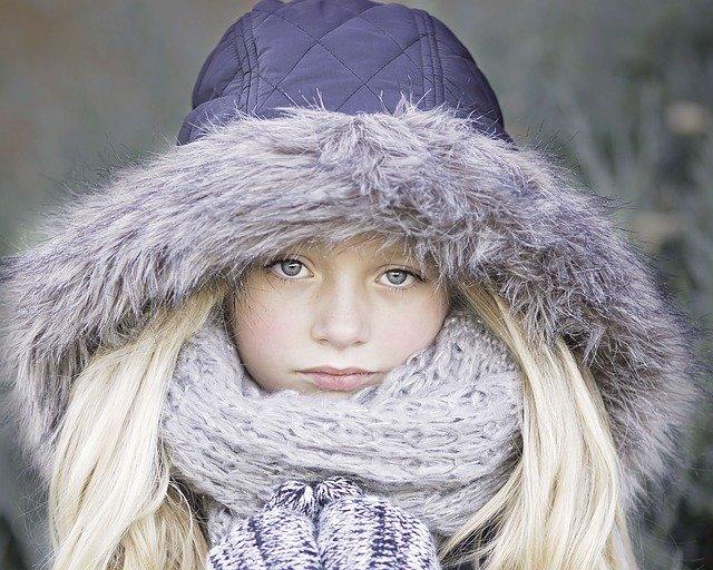 dívka s kapucou a šálou