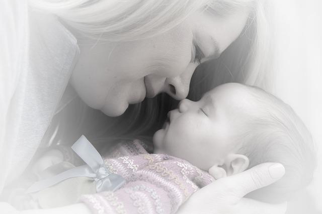novorozeně s maminkou