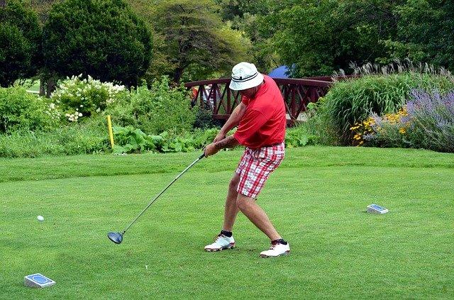 golfista odpaluje