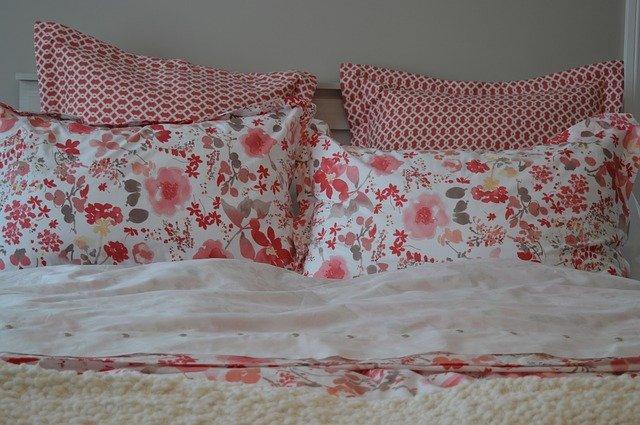 květované polštáře v červené