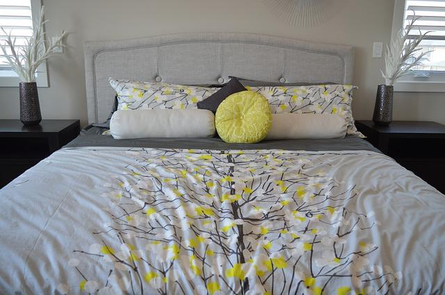 postel v šedé a limetkové