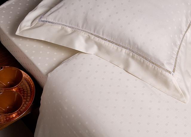 detail bílého povlečení