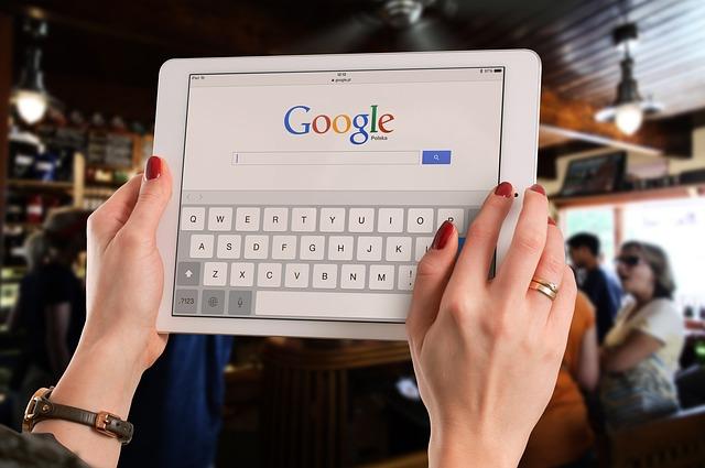 tablet na veřejnosti
