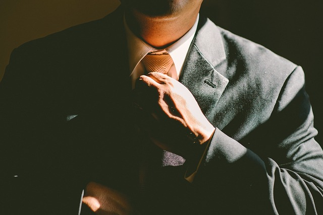 úprava kravaty podnikatele