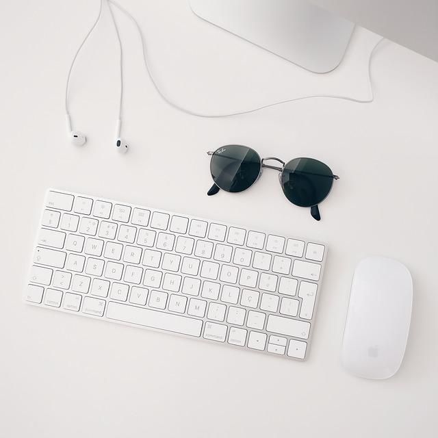 sluneční brýle, myš, klávesnice a sluchátka.jpg
