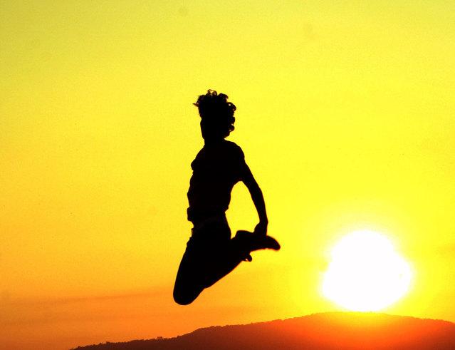 silueta skákající ženy.jpg