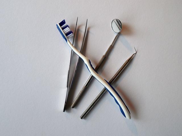 zubařské nástroje na stole