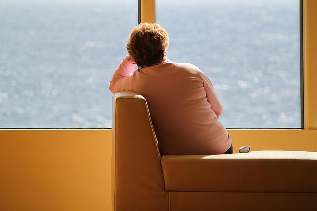 žena sedící na nepohodlné pohovce.jpg