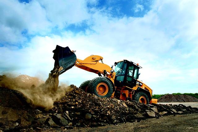bagr vykopávající zem