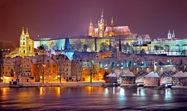 pražský hrad, nábřeží Vltavy.jpg