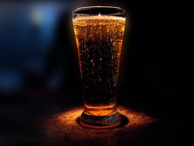 vlastní vytvořené pivo v oslavném světle kamery.jpg