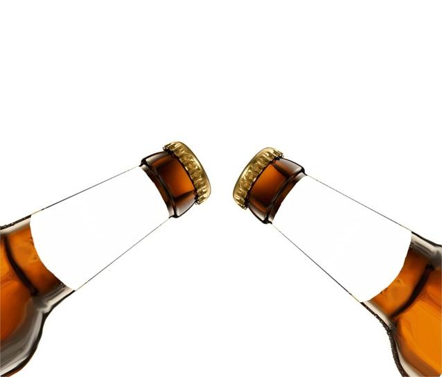 dvě ťukající si lahve na bílém pozadí.jpg