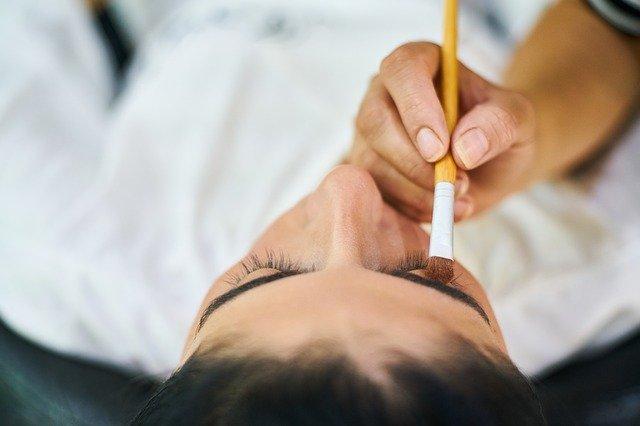 žena v péči kosmetičky.jpg