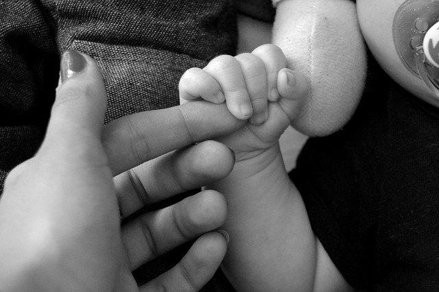rodičovská a dětská ruka
